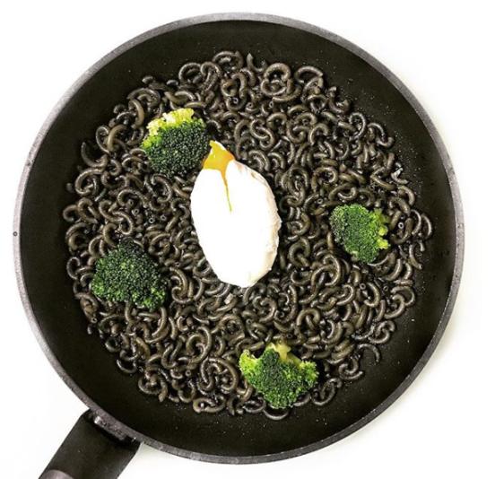 Fideua Negra con Brocoli y Huevo Poche